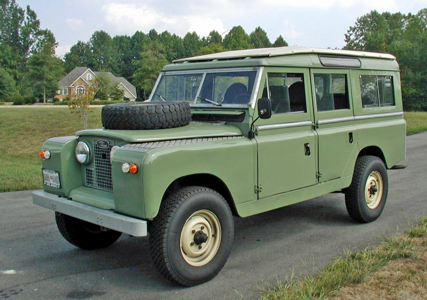 http://carsot.com/images/land-rover-series-iii-1971-1985-suv-5-door-exterior-1.jpg
