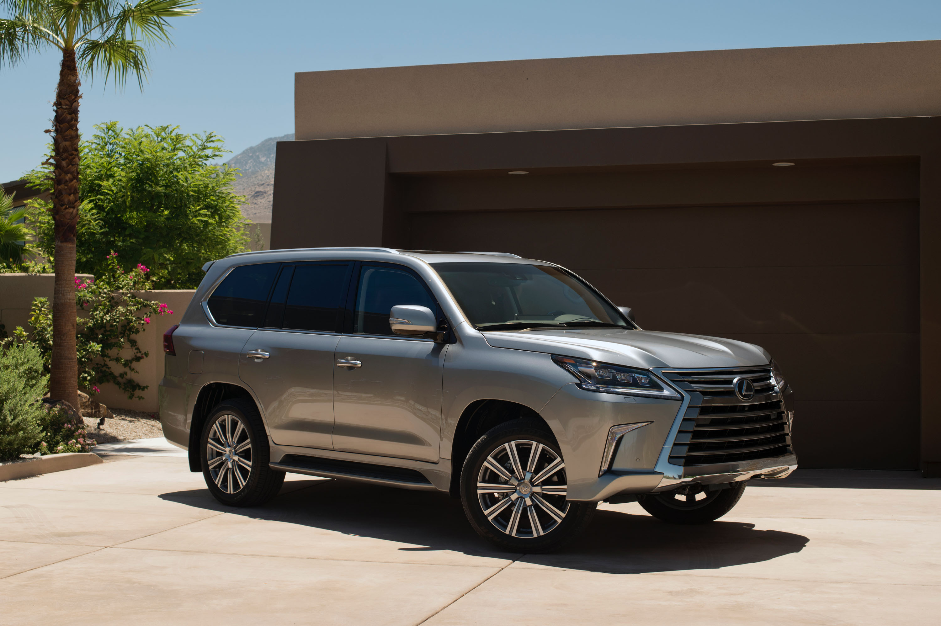 Lexus LX III Restyling 2 2015 - now SUV 5 door #3