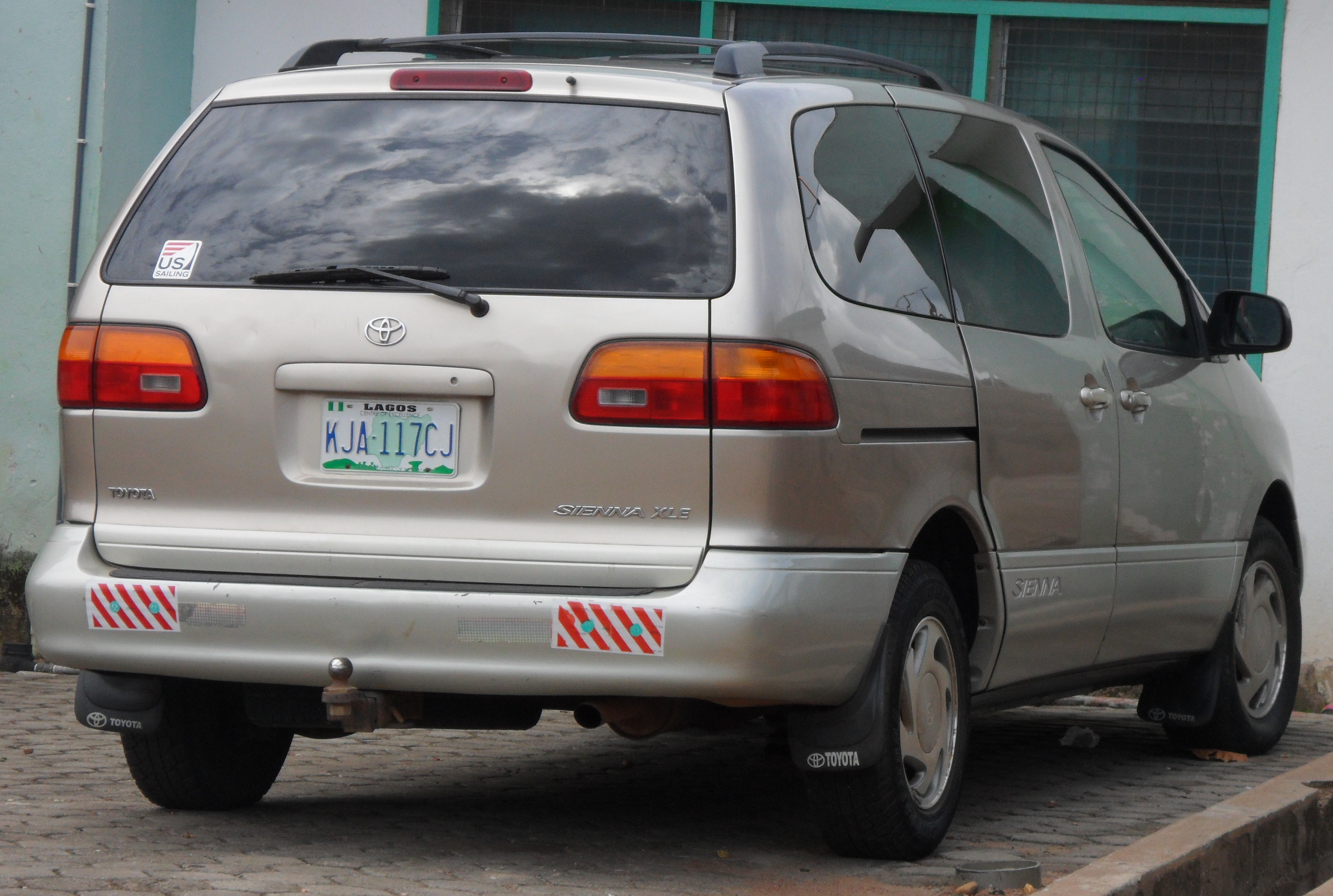 Toyota Sienna I 1997 - 2003 Minivan #2