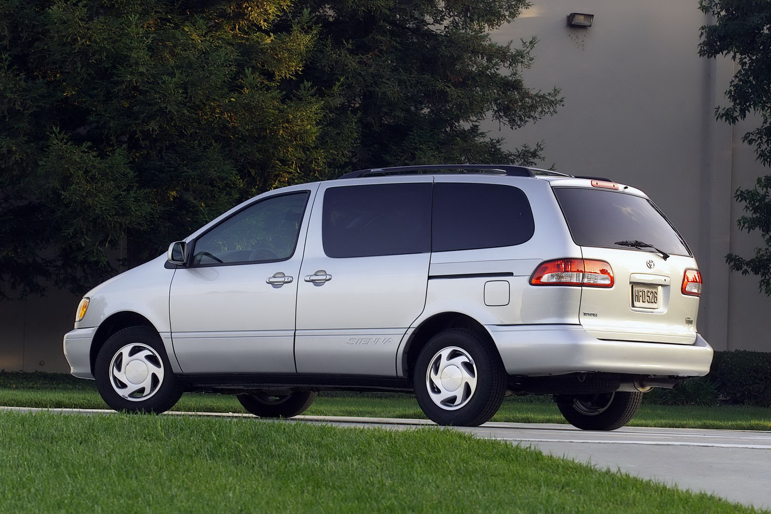 Toyota Sienna I 1997 - 2003 Minivan #3