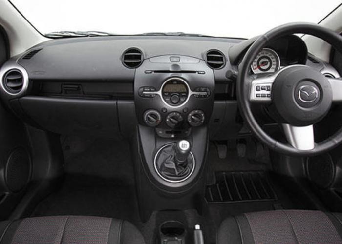 http://carsot.com/images700_500/mazda-2-i-dy-2003-2005-hatchback-5-door-interior-1.jpg