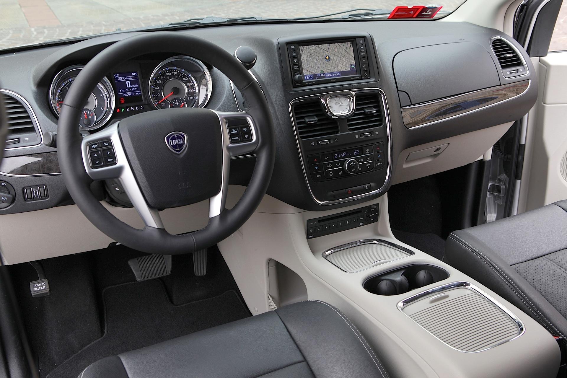 Lancia Voyager 2011 - 2015 Minivan #7