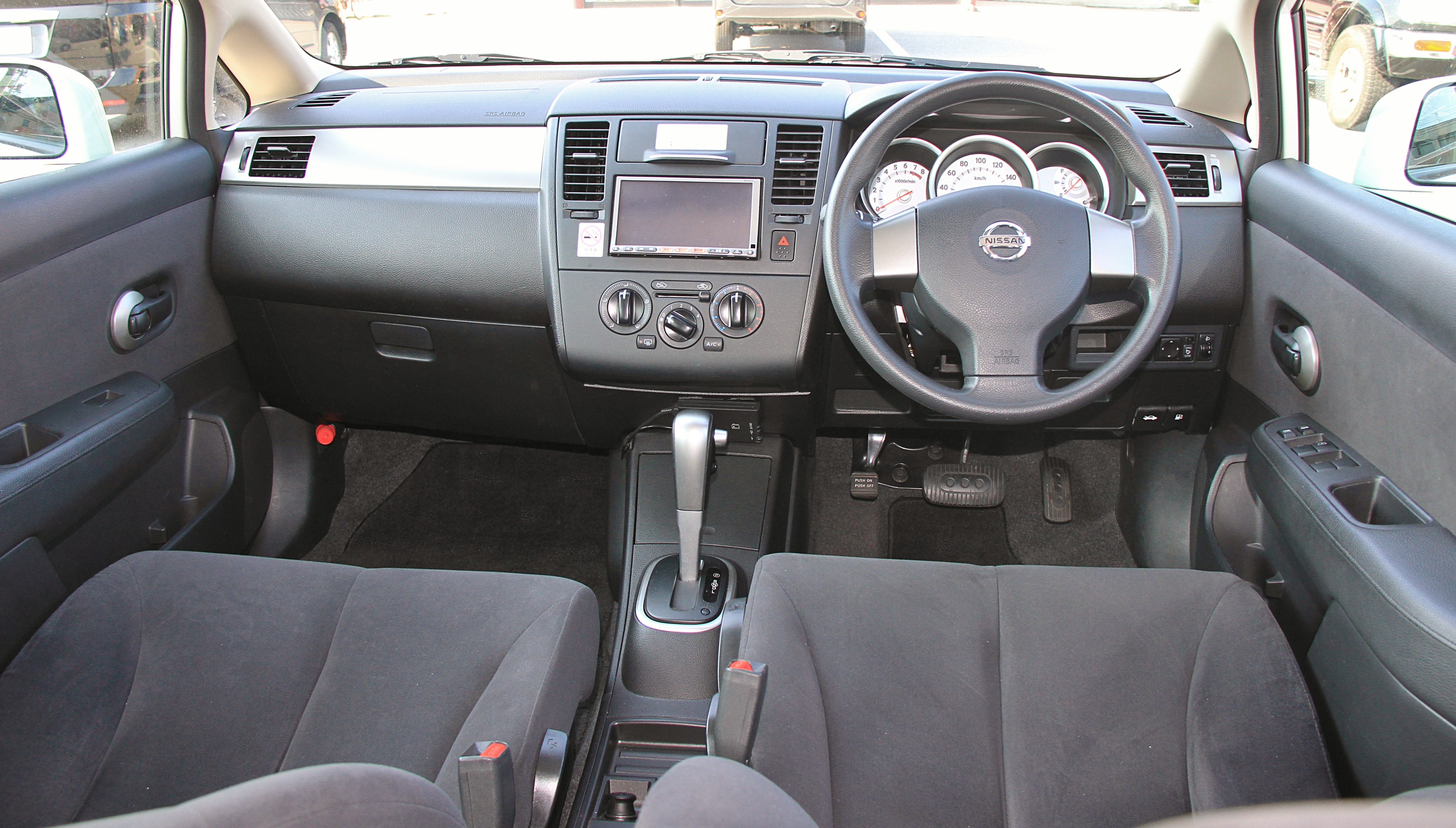 Nissan Tiida I 2004 - 2012 Hatchback 5 door #3